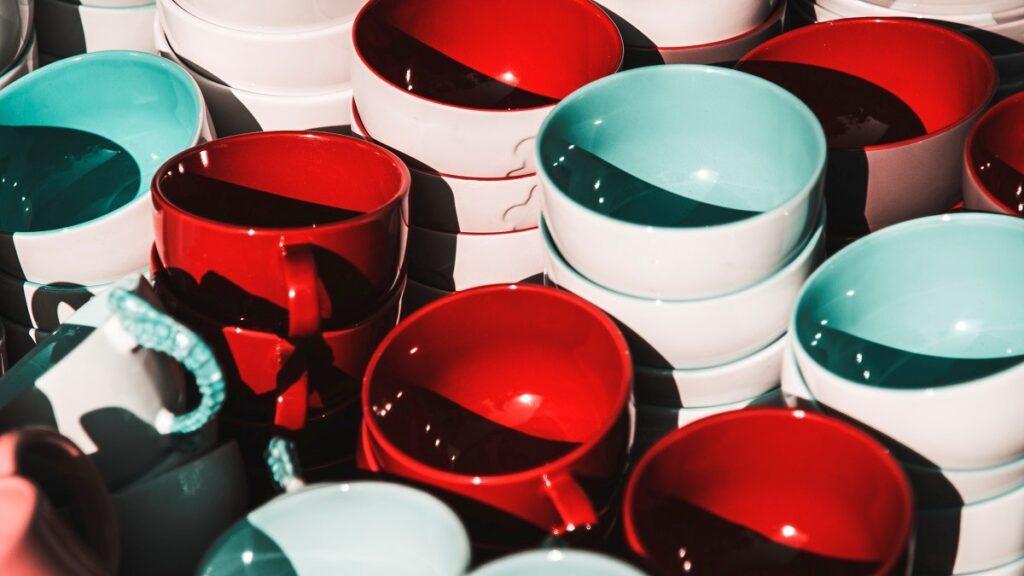 червени и бели чаши купички